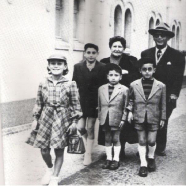 """Vichy . Début des années 50 . En """" cure"""" .  Raymond Draï ( au chapeau) ( zal ) avec sa mère Ma Rahmona( zal)  ,  et ses enfants Charley , Colette , Denis et Françis"""